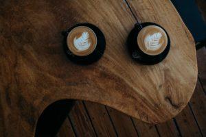アイキャッチ。ダブルの様子をコーヒー二つで表現。