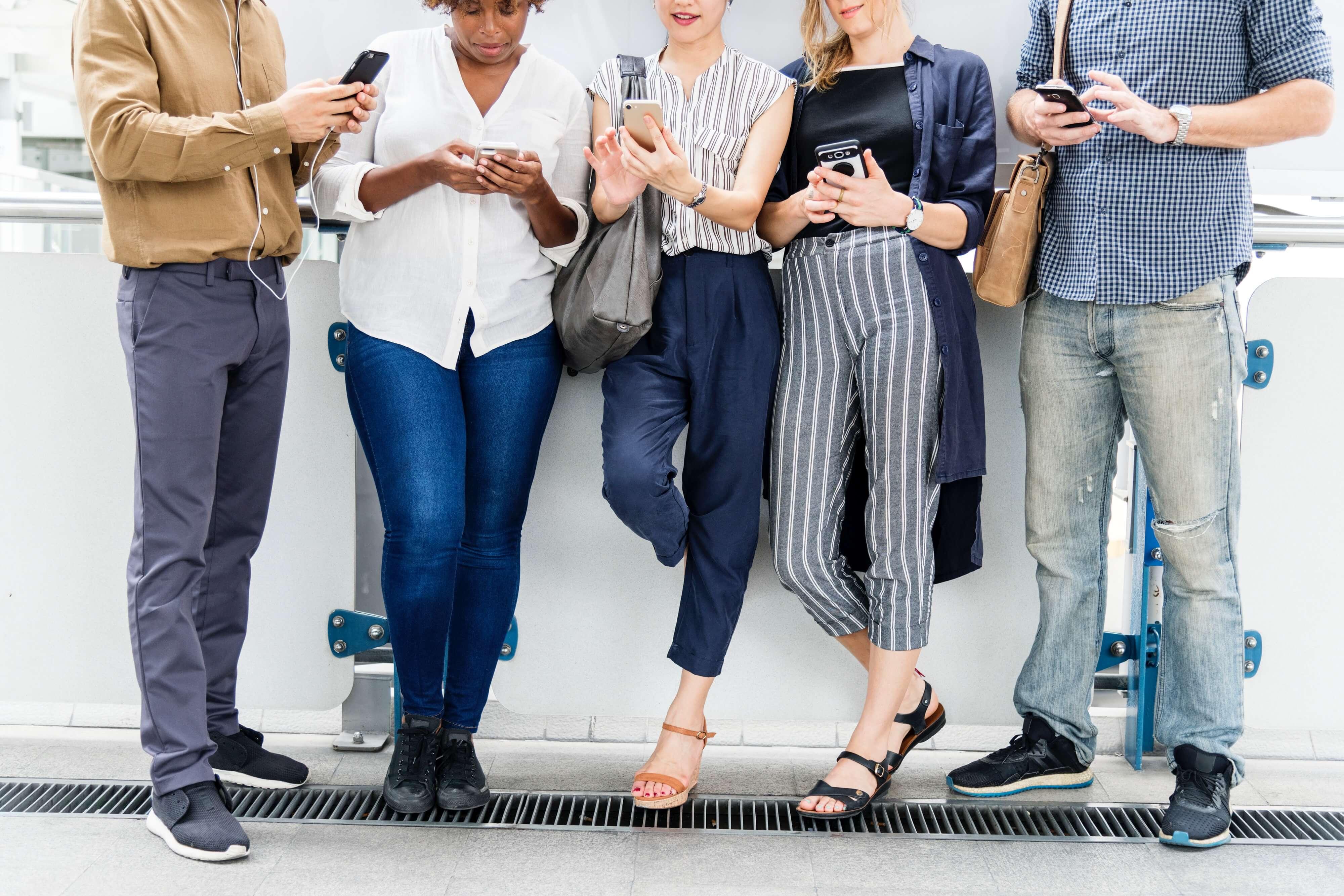 皆が携帯を触っている様子