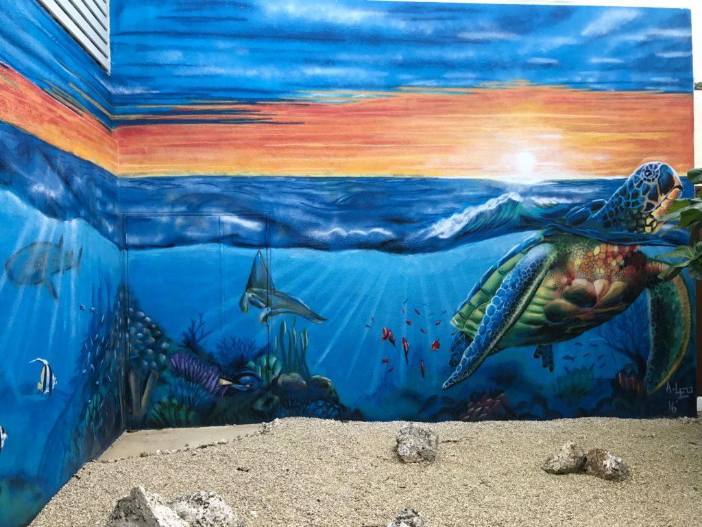 廊下のウミガメの絵画