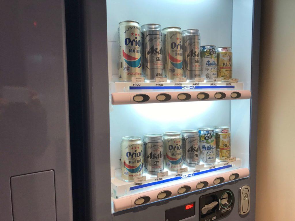 缶ビールの自動販売機。オリオンビールも。