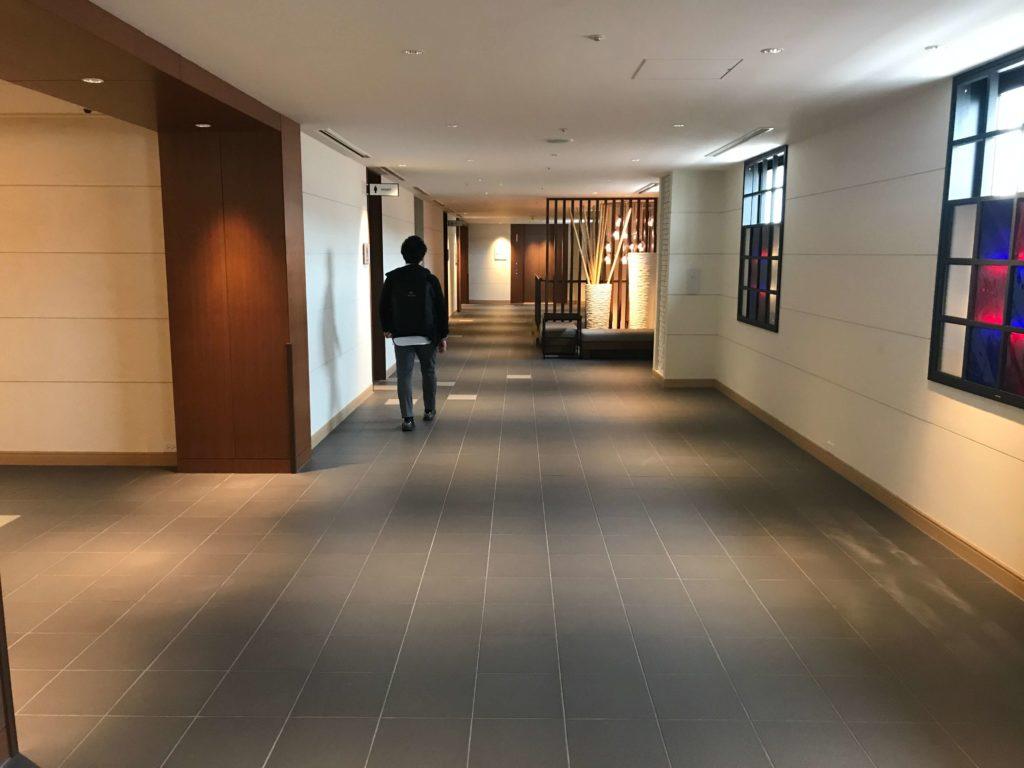 部屋へ向かうホテルの廊下