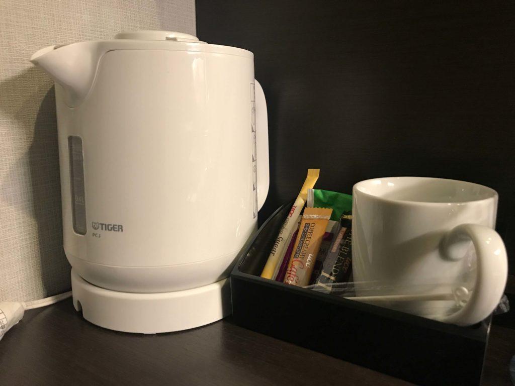 ケトルやコーヒーなど。マグカップ。