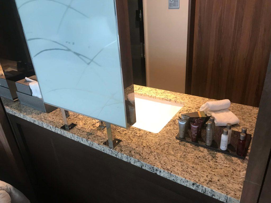 大阪マリオット都ホテル。洗面所。
