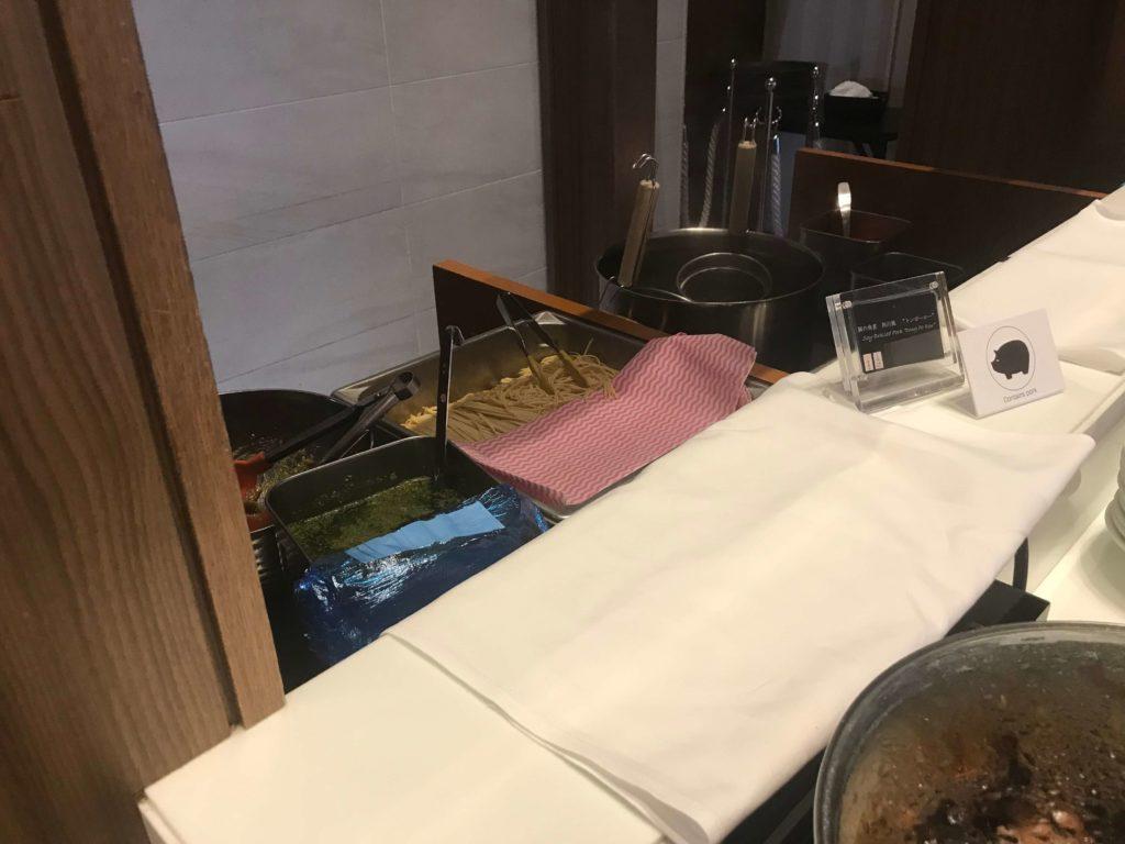 大阪マリオット都ホテル。ラウンジ、パスタを茹でてくれる。