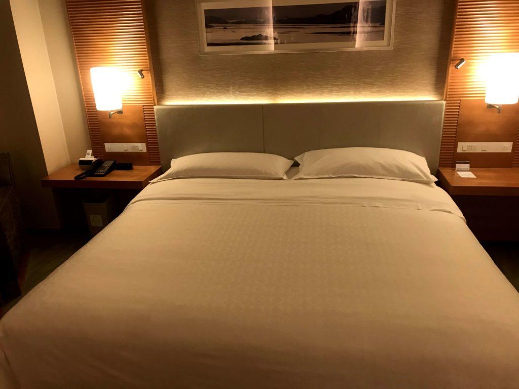 シェラトングランドホテル広島。キングサイズのベッド。